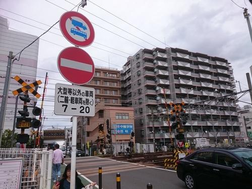 二俣川駅踏み切り 一方通行.JPG